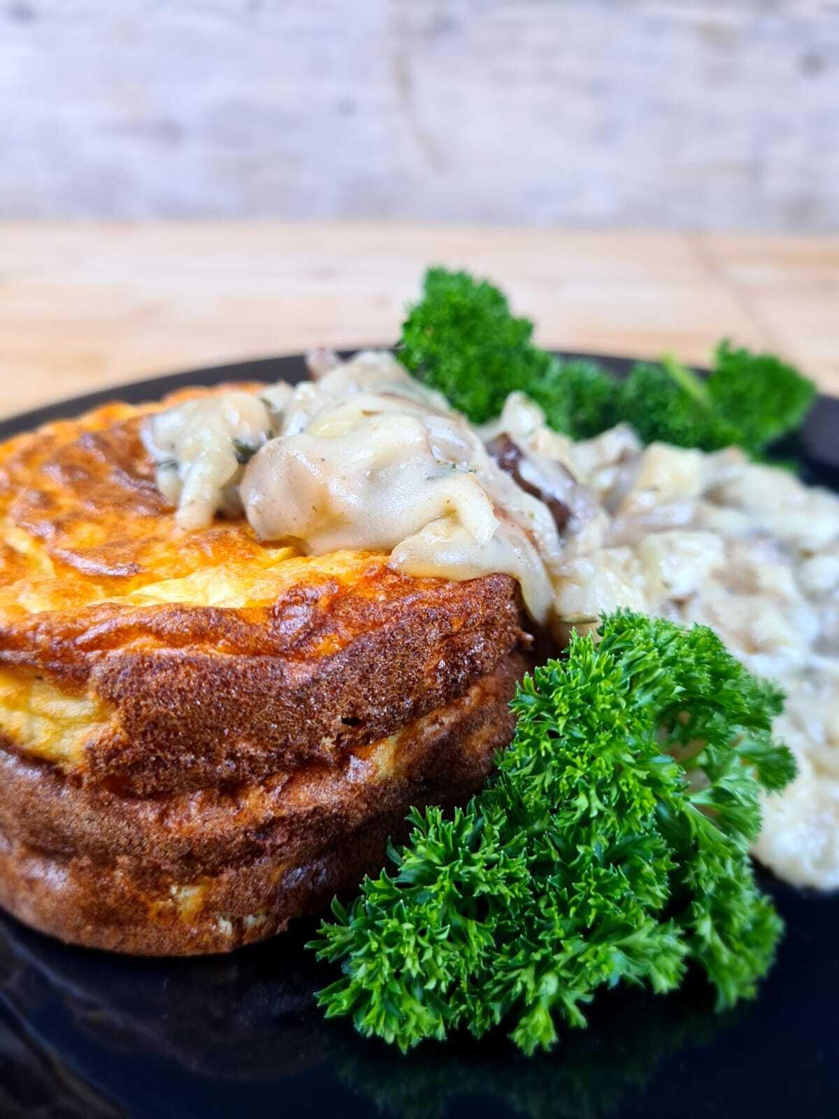 Aardappelen souffles met ragout en gebakken paddenstoelen.